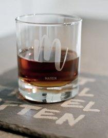 Personalisiertes Trinkglas mit Design-Buchstabe und Namen