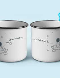 Personalisierte Partner-Emaillebecher »To the Moon and Back« mit Initialen | 2er-Set