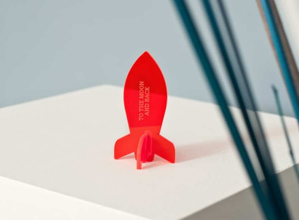 To the moon and back – Acrylglas-Rakete mit Deiner Botschaft